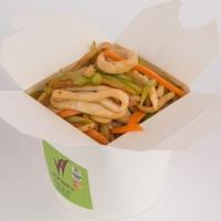 Жареная лапша с кальмаром, сельдереем, зеленым стручковым перцем, вес: 300 грамм